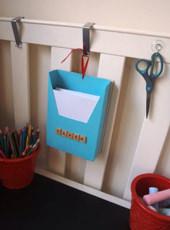 2. フックを使えば、紙やハサミなんかもかけられます。