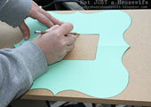 3. そしてMDFに形をトレースします。MDFに限らず、どんな木材でも制作できます。