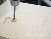 4. 内側を先に切ることをおすすめします。まず、ドリルで電動のこぎりの刃を通すための穴を空けます。