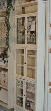 4. 真ん中の扉には100円ショップのフォトフレームをアクリル板を接着剤でくっつけたものを使用。