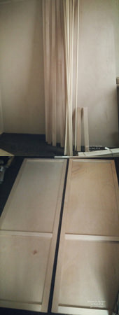 1. ホームセンターでカットして頂いた普通合板を木工用ボンドで貼る。