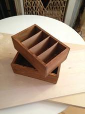 1. まず、セリアの木箱とファカルタ収集材を用意します。ファカルタ収集材は軽くて薄いものだとカッターでも切れます。