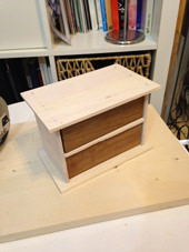 3. 木工用ボンドでくっつけて、針くらいの細い釘で補強します。トンカチがなかったので、アルミの定規で押し込みました(笑)