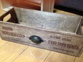 1. 木箱をBriwaxで塗装<br />アンティーク金具取り付け