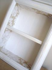 3. 箱が完成した後に、家にあった塗料を使ってペイント+エイジング加工しました。 この工程は至って簡単!まず全体を白でペイントした後、ペーパータオルで拭き取り下地の茶色の塗料が所々見えるようにします。