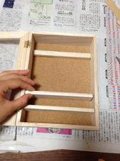 1. コレクションケースに付いている金具を取っておきます。すのこは分解して必要な長さにカットしておきます。