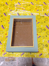 2. 色を塗っていきます。バターミルクペイントのドレッシングブルーと白(名前忘れました>_<)を使いました。完成写真に写る扉のキラキラモールは割り箸(!)をカットしてはめ込みました。家にあったアクリル絵の具の金色を使用してます。