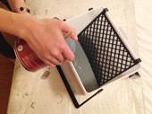 4. ペイントバスケットの中に塗料を注ぎます。今回はHIPのAiden Charcoalを使用しました。