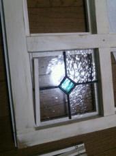 5. あらかじめ作って置いたステンドグラスをはめていきます。