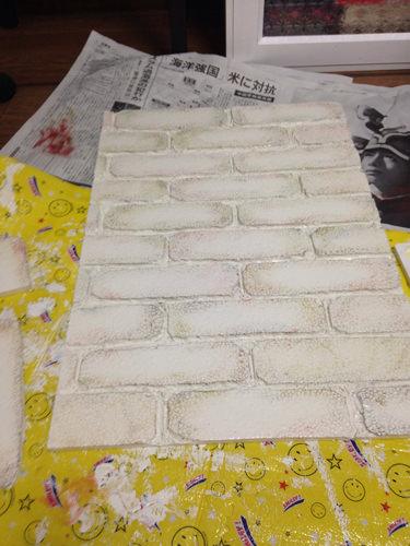 5. 塗り終わり。 角や縁を中心にぽんぽんしていくといいと思います。 最後に壁に両面テープで貼り付けて終わり!