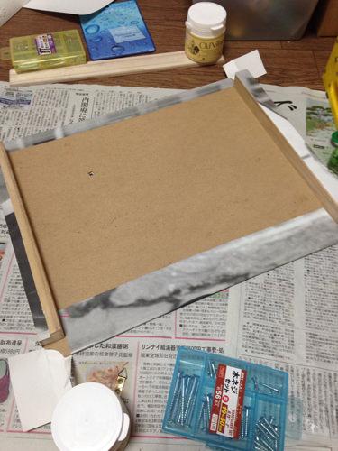 5. こんな感じです。最後に穴に合わせて機械と針、プッシュピンを取り付け、三角カンを角材につけたら完成!