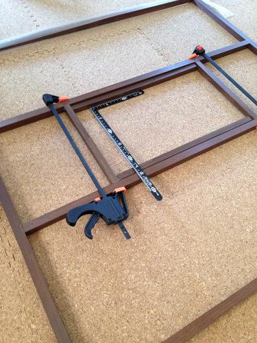5. サッシの鍵の部分に 小窓を作ります。
