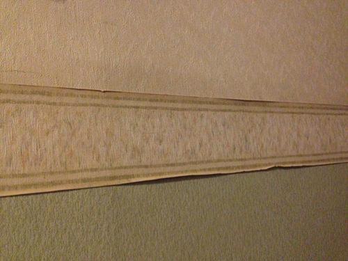 1. 上下違う壁紙の真ん中のボーダー壁紙が剥がれてきています。