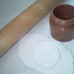 5. 紙粘土でオーナメントを作成。作業の途中乾き始めてやりにくくなった時は、少量の水をつけながら行います。