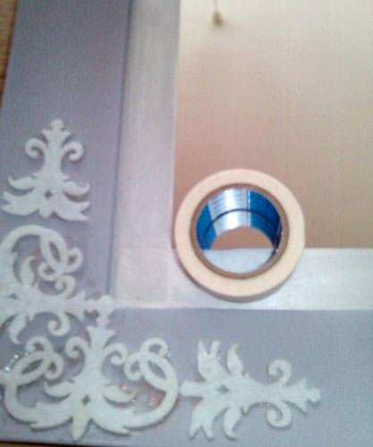 6. マスキングテープで鏡を保護してからペイントします。