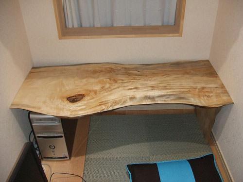5. 端部を切り残った破材で机の脚材に利用。片方はパソコン本体の上に