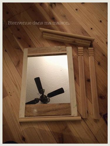 3. 鏡より大きめの木材を背面に接着して、ステップ2の材料をボンドで貼っていきます。