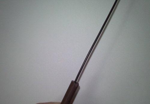 6. 針金をなるべくまっすぐに伸してからゴムに針金を通します。