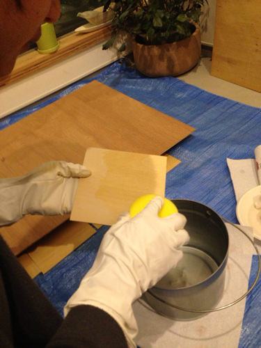 3. カットしてもらったシナベニヤを紙やすりで磨いて、ガラス塗料を塗っていきます。 今回は、24時間の間隔を空けて、3回塗りました。