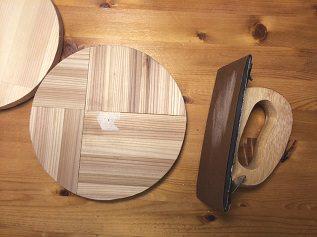 1. 上のベース円盤は杉の集成材を4枚はぎ合わせて糸のこで円形に切り出します。 左に見える下の円盤は手持ちのパインの集成材、両方共直径200ミリ、厚さ18ミリです。