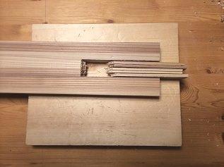 4. 照明器具のトップ部分を切り出します。 凹型部分は切れ目をたくさん入れてノミで落としていきます。