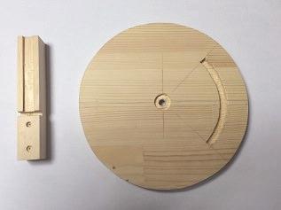 11. 着色するパインの集成材です。 左はヘッドの付け根の25ミリ角材です。 テープライトの溝が見えます。  ベース下側の円盤の上面には、回転止用の木ねじが走る溝を90度の角度で彫っています。 回転軸金物の納まりのために中心に座ぐり穴も彫っています。