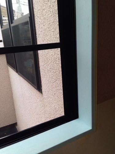 2. 窓枠のクロスも剥がれてきていたので、全て剥がし アーチスカイでペンキを塗りました。 200番でヤスリがけをし、塗装を2回しました。