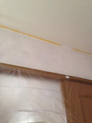 4. 壁上段を塗装。まずは、全て養生し下地剤が要らないペンキなのでそのまま2度塗り。