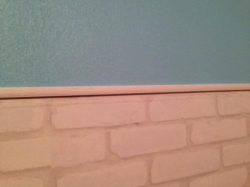 7. モールドも塗装し、上下の境に両面テープで貼っていきます。