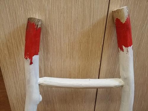 5. ペインティング・・・下地に赤を塗り2度目に白を塗って乾燥後、紙ヤスリで削ってダメージ感を出します!