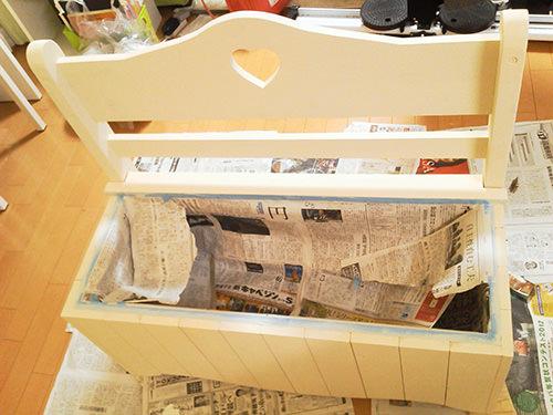 STEP.3 マスキングして、白い部分はミルクペイント、座板はステイン剤で塗装しています!