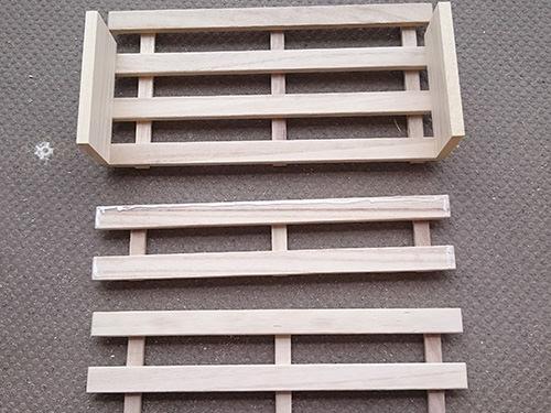 STEP.2 切ってない方のすのこのサイドに、かまぼこ板ほどの端材を木工ボンドで接着。