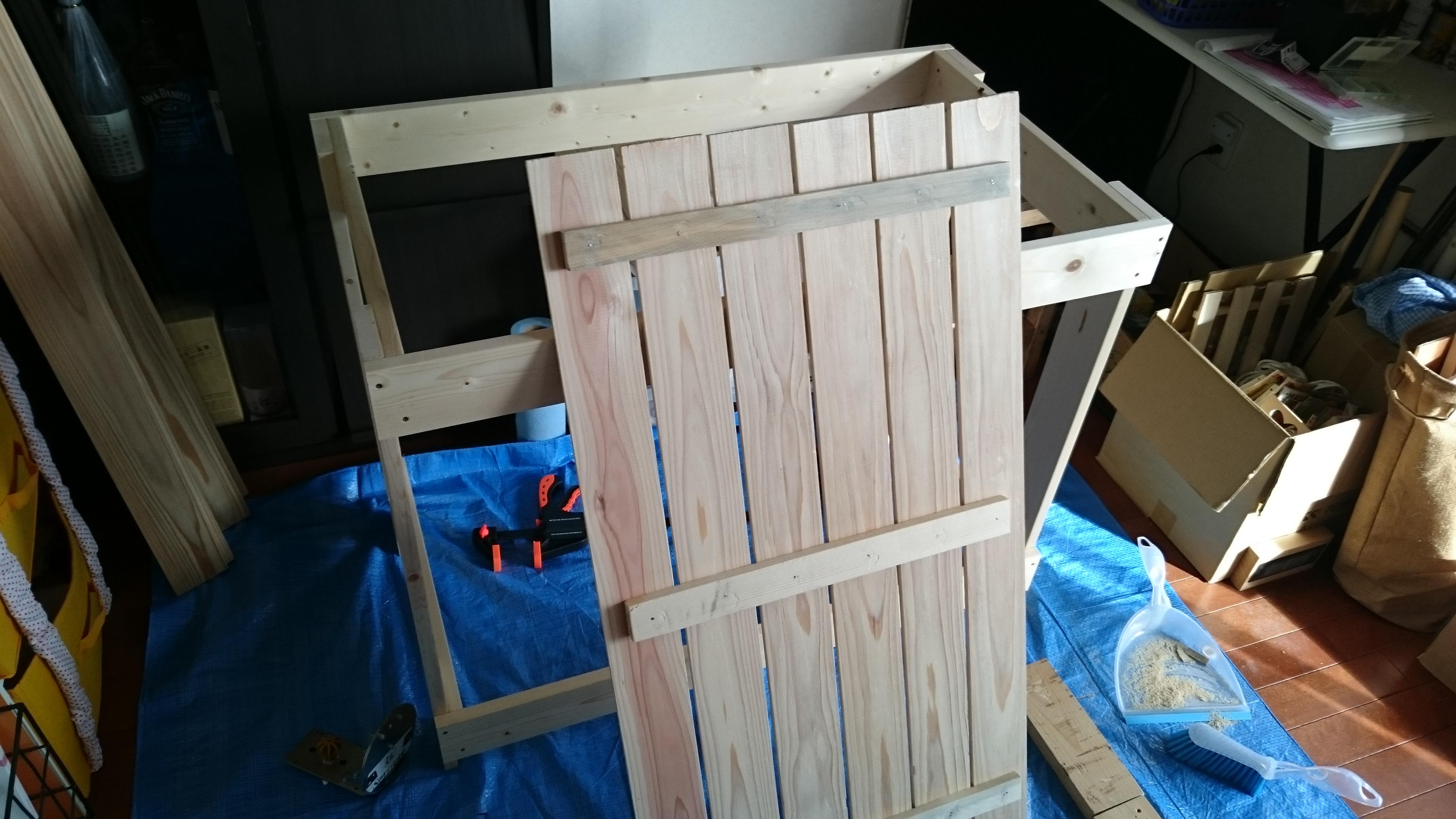 3. 杉のブレナー材ですのこ状の蓋を作ります。 蓋が取り外し可能なので、室外機の掃除やメンテナンスがしやすいと思います♪