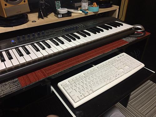 引出し PCの方のキーボードも作業に必要ですが、こちらも場所をとってしまうので、これまた簡易的にキーボード用の引き出しもつけてみました。ホームセンターでガイドレール(400mm)を購入、端材を駆使して取り付け。