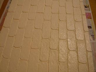 STEP.4 ペンキ塗ります。ミルキーホワイトで3回塗りしました。 茶系ペンキをタオルにちょいちょいとしポンポンはたくとレンガっぽくなりますよ。