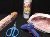 2. 作るのに必要な道具<br>・グルーガン【クリアホワイト】(グルーはダイソーで購入)<br>・アイロン<br>・ハサミ<br>・クッキングシート<br>・ラッカースプレー【クリア】
