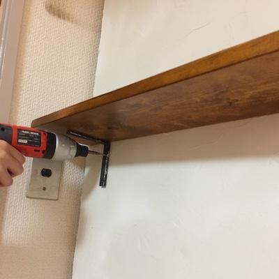 棚受け金具で漆喰壁に棚板を付ける
