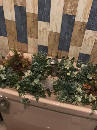 2. トイレの手洗い場はセリアの造花(くすんだ緑の草)を敷き詰めました!